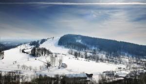 Kiczera z wyciagami i narciarzami